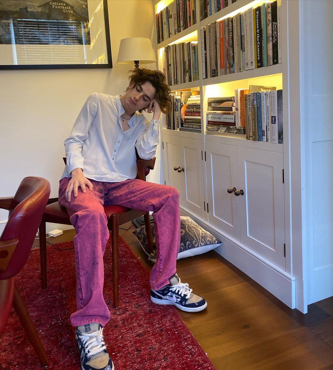 Mlody mężczyzna rozwiedziany w fotelu w domu
