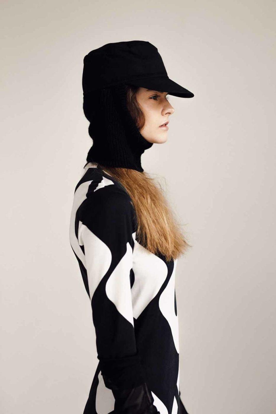 Modelka w czapce z daszkiem