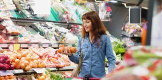Kobieta robiąca zakupy w sklepie ekologicznym